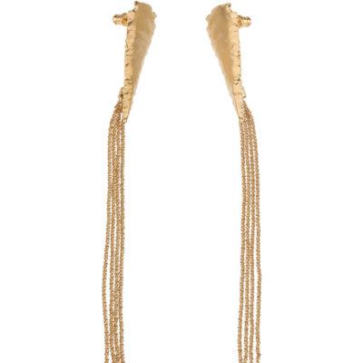 Pendientes de lanzas bañados en oro con cadenas.