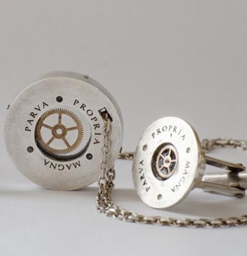 Colgante y gemelos con piezas relojería en el interior. Plata 925