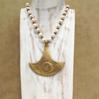 Collar bronce y perlas